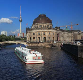 Berlin city tour by boat across the water